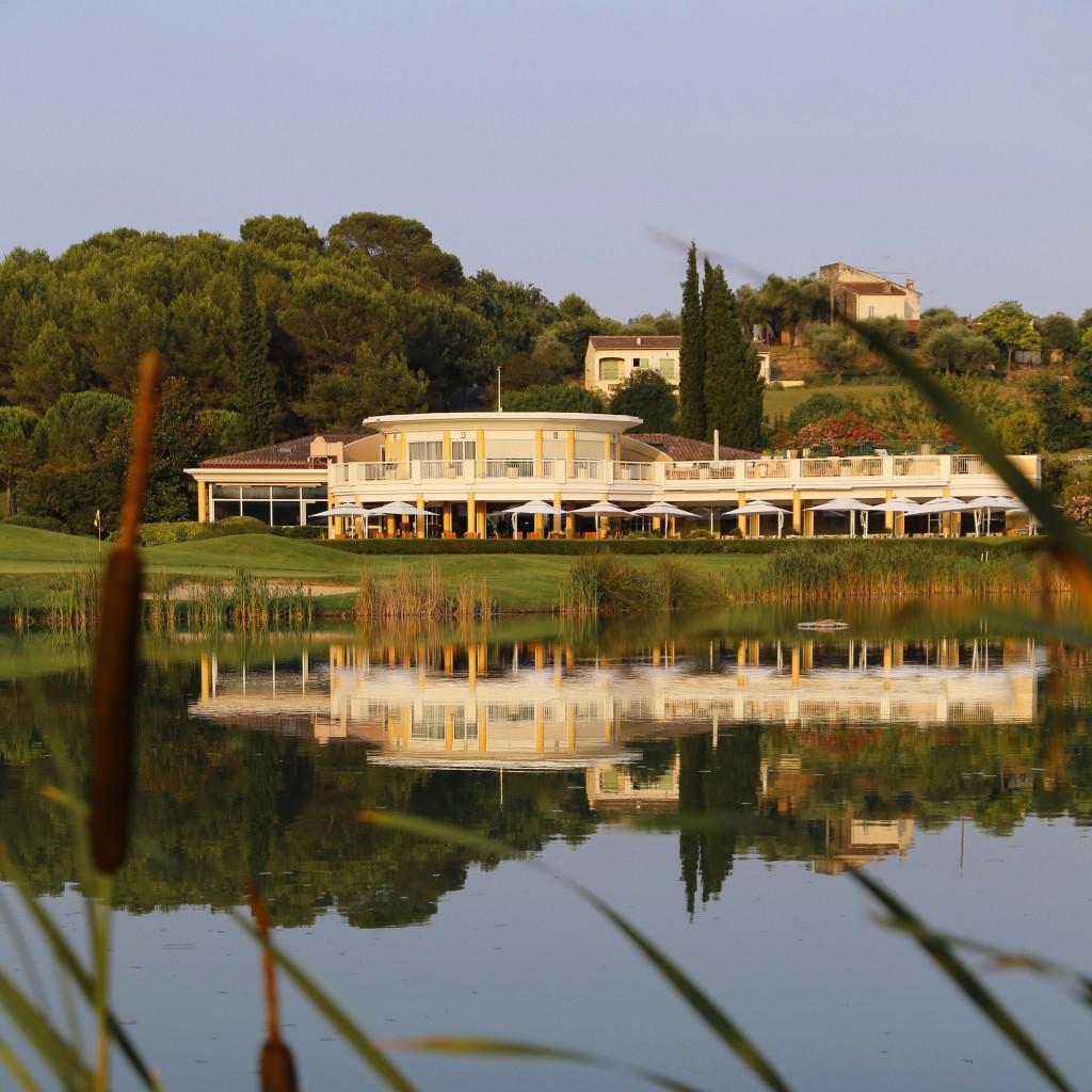 Le Club-House et le lac du 18